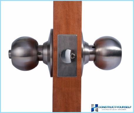 Zamontować uchwyty na drzwi wewnętrzne