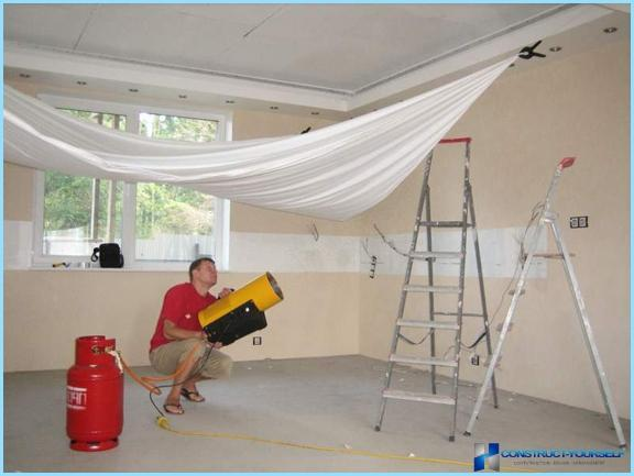 Installation of a stretch ceiling with his hands