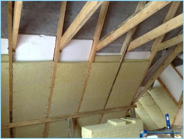 วิธีการป้องกันเพดานห้องใต้หลังคาด้วยมือของเขา