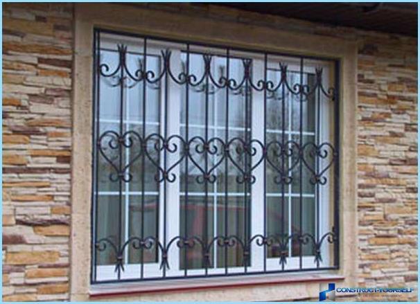 Kaltas dzelzs un metāla stieņi uz balkona