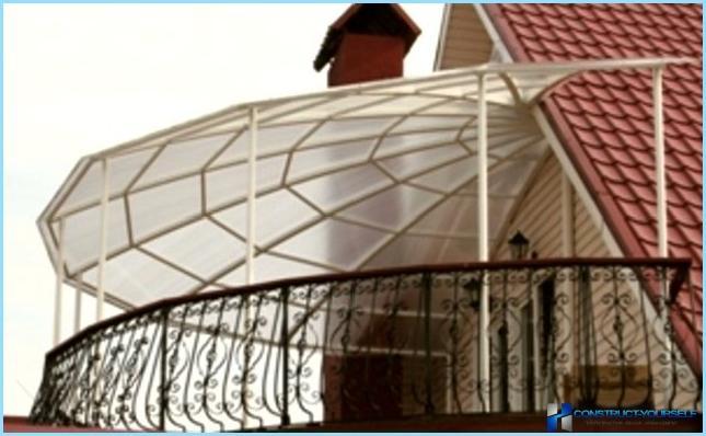 Навес из поликарбоната, пристроенный к дому.