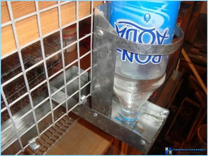 Поилка для кроликов из бутылки своими руками