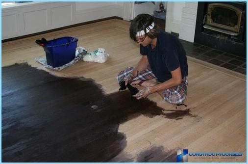 Veidi krāsām koka grīdu