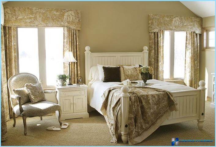 Tapet og gardiner til soveværelset i stil med Provence