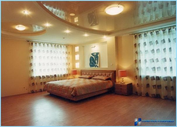 Dizains griesti ģipškartona guļamistaba ar fotogrāfijām