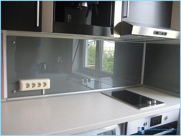 Uzstādīšana stikla virtuves priekšauts