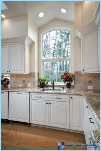 мийка біля вікна в інтерєрі кухні фото