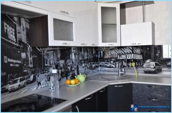 Stikls priekšauts virtuvē ar fotogrāfijām