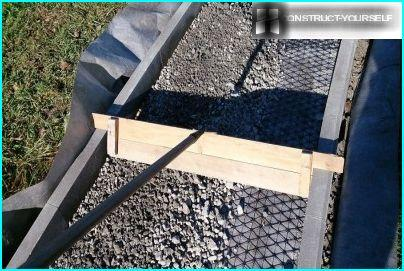 Leveling layer of gravel rail carved with grooves