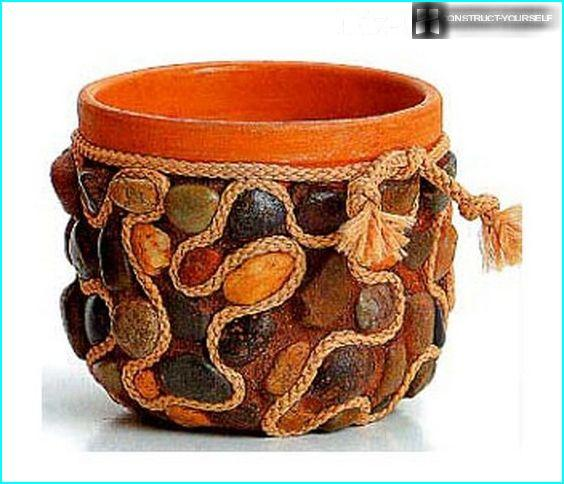 The combination of stones and the thread in the decoration of the pot