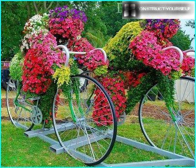 composizione floreale impressionante sulle biciclette