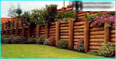 Stützmauer aus Baumstämmen