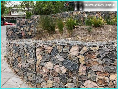 Retaining wall of gabions