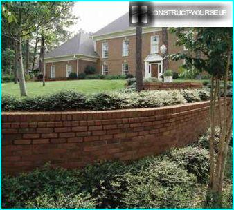 Retaining wall of bricks