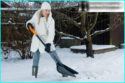 Snow shovel with high sides