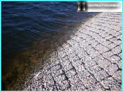 The gently sloping shore of the reservoir volume geogrid reinforced