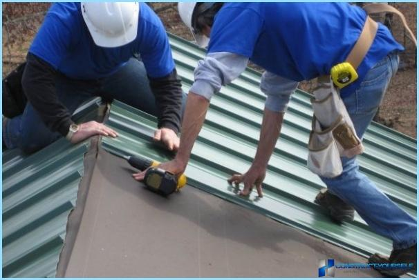 How to cover the roof with corrugated Board with your hands