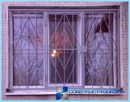 Skodde og metallgitter på balkongen