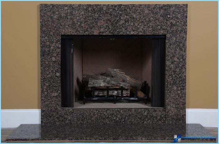 Kamīna priekšā ar flīzēm, akmeni, marmoru