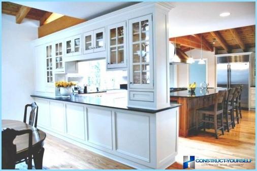 Dekorative skillevægge mellem stuen og køkkenet