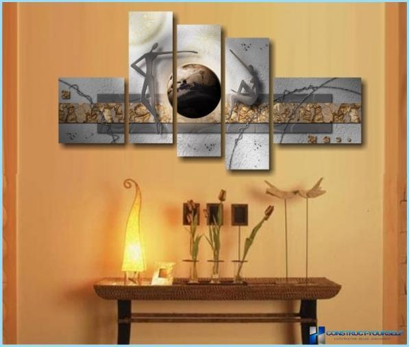Oplyste malerier inde i lejligheden