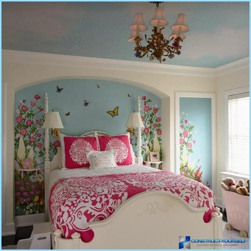 Tauriņi pie sienas dzīvokļa interjerā