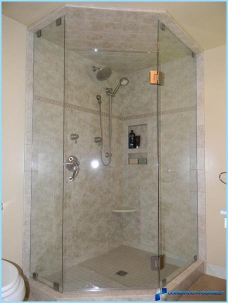 Brusekabine i det indre af et lille badeværelse