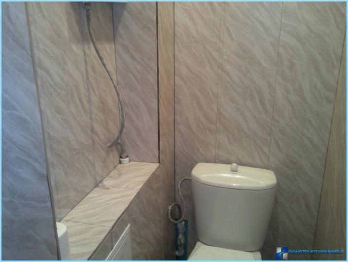 Gør-det-selv toilet dekoration med plastpaneler