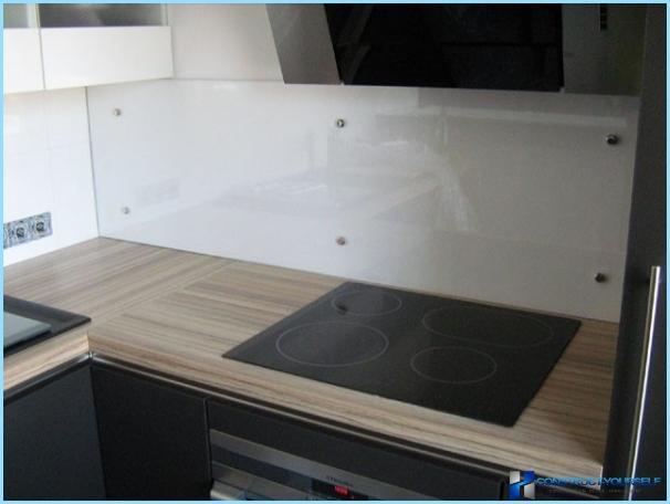 Lasiesineen asentaminen keittiöön