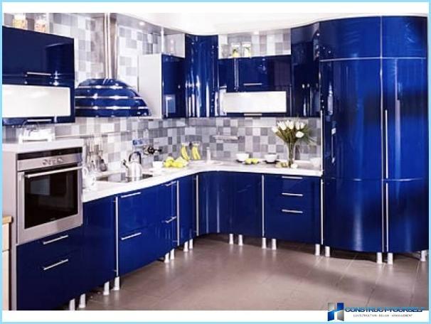 Hvidt og blåt køkken