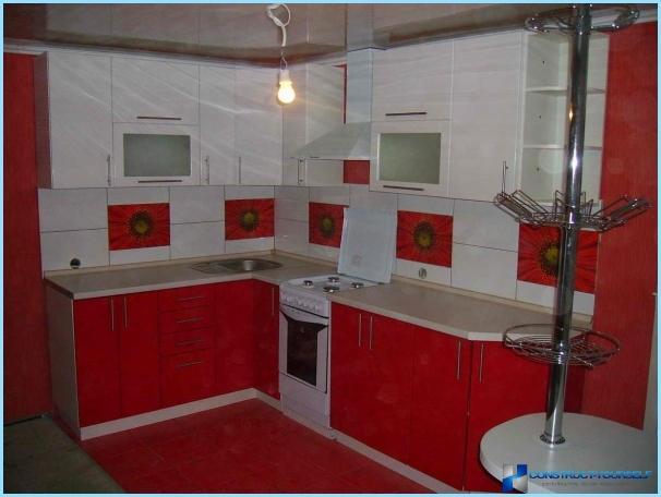 Keittiö punaisella ja valkoisella