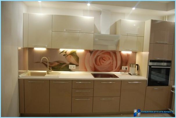 Plastforklæde i køkkenet med fototryk