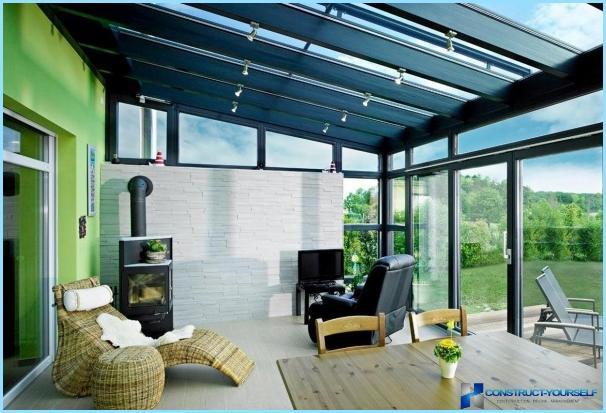 Yksityinen verannan suunnittelu omakotitalossa