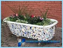 Mooi ontwerp en decoratie van bloembedden en bloembedden in het land
