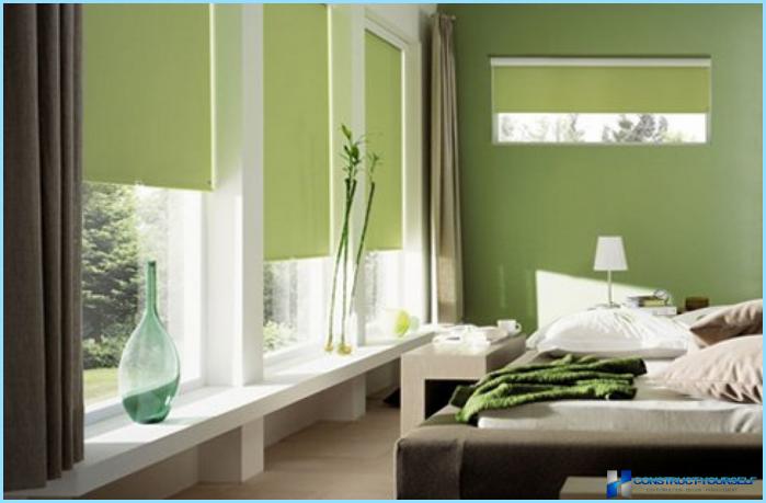 Brevi tende al davanzale della finestra all'interno della camera da letto