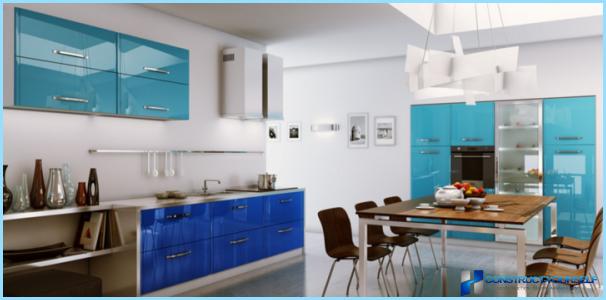 Valkoinen ja sininen keittiö