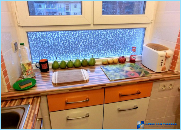 Kā ar savām rokām izolēt ziemas ledusskapi zem loga