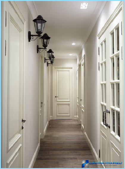 Design en smal og lang korridor i lejligheden
