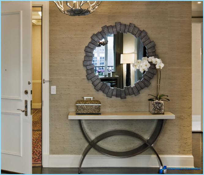 Spogulis gaiteņa interjerā