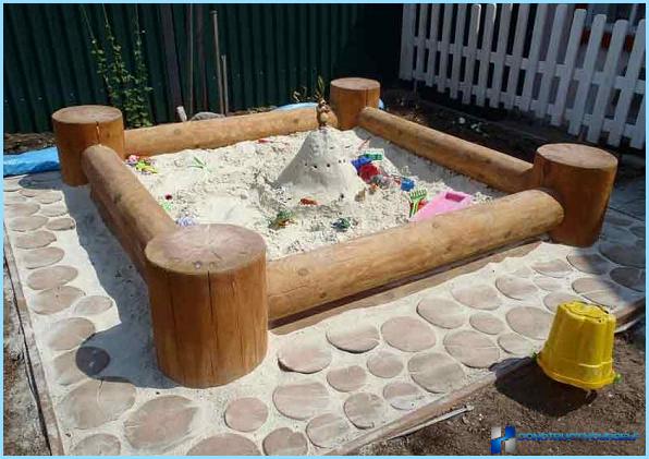 Tee-se-itse-hiekkalaatikko ja penkki