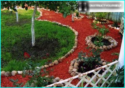 Gartendekoration mit Hackschnitzeln