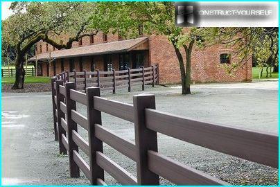 Træ dekorative hegn: 7 smukkeste trækonstruktioner