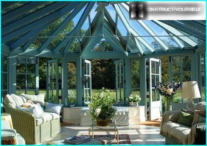 Veranda sul tetto a volta in vetro