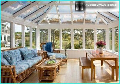 Luminoso portico con soffitto a volta in vetro