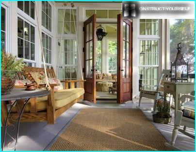 Veranda arredata con divano-altalena sospeso