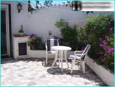 Espanjalaistyylinen pieni puutarha