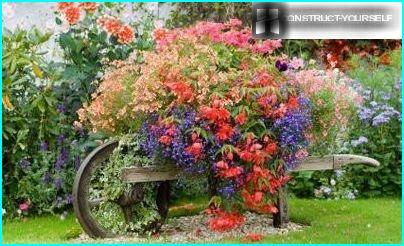 Giardino fiorito in stile rustico