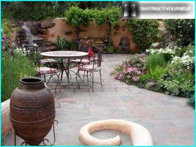 Schoeisel tuinmeubelen op een site