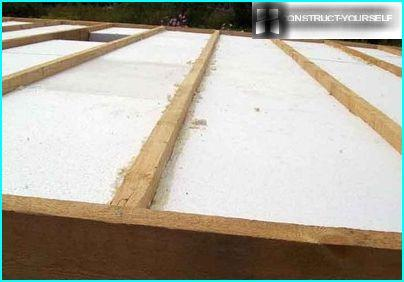 Laying of slabs of foam for floor insulation frame house