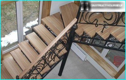 Drejelig stige lavet af træ og metal